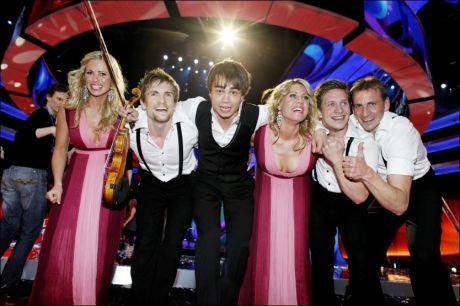 DEN STORE VINNEREN: Alexander Rybak, hans korjenter og Frikar-danserne stakk av med en helt overlegen seier i Melodi Grand Prix 2009. Foto: Scanpix