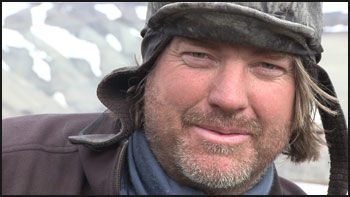 I FELTEN: Paleontolog Jørn H. Hurum under et feltarbeid på Svalbard i 2008. Foto: Atlantic Productions/Naturhistorisk museum, UiO