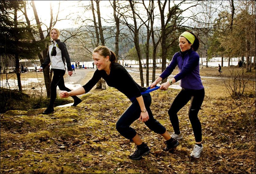 Jeanette Johansen fra Norsk idrettsmedisinsk institutt (NIMI) viser hvordan du gjør øvelser riktig og galt. Lek i skogen er riktig! Foto: Line Møller