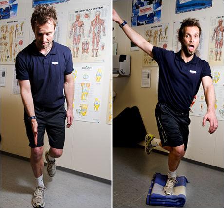 Thomas T. Ødegaard, manuellterapeut / fysioterapeut fra NIMI viser balanseøvelser, riktig til venstre, og feil. Foto: Line Møller