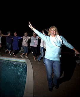 HERE WE GO AGAIN: Mama, how can I resist you! Anne Lene Paulsen leder an i dansen rundt bassenget. Foto: Terje Bringedal