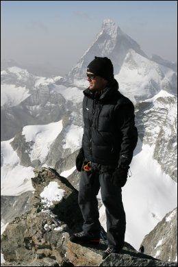 EKSPEDISJON: Jarle Trå er en erfaren klatrer. Her står Trå på toppen av Zinalrothorn i Sveits, med Matter Horn i bakgrunnen, sommeren 2007. Foto: