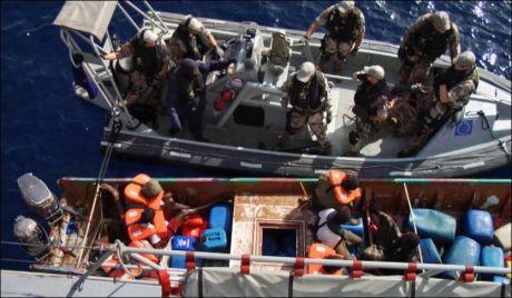 PÅGREP PIRATER: Her pågriper svenske soldater sju pirater som gikk til angrep mot et skip i Adenbukta natt til tirsdag. Foto: Mats Nyström / Combat Camera/ Försvarsmakten / SCANPIX