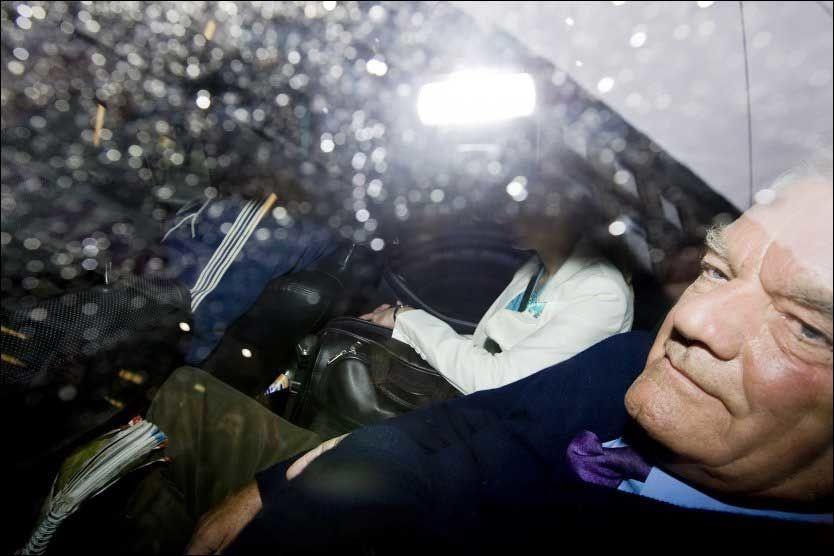 KONTROVERSIELL: David Irving ble på nytt møtt av demonstranter da han forlot TV2s studio i Oslo tirsdag ettermiddag. Politiet forsøkte å sperre gaten for både demonstranter, fotografer og biler for å få Irving ut fra området. Foto: Scanpix