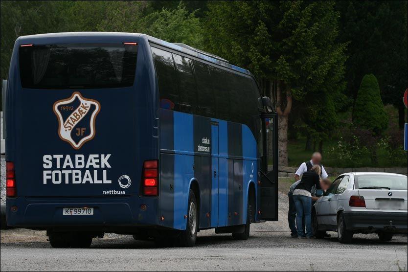 KOLLISJON: Stabæk klarte seg greit ute på banen, men bussturen hjem gikk ikke like bra. Skademelding måtte fylles ut. Foto: Petter Jacobsen