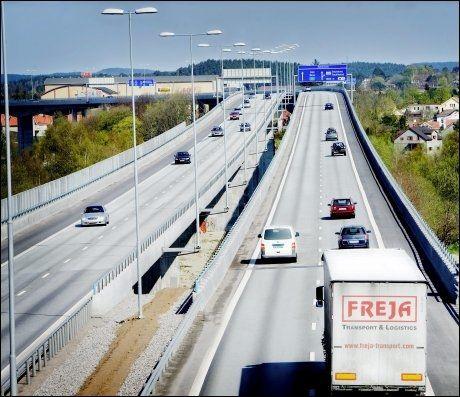 DÅRLIGE VEIER STØRST ULYKKESRISIKO: Resultatene fra den svenske undersøkelsen utløser en debatt om hvem som skal beskyldes for trafikkulykker; bilistene for å kjøre for fort, eller myndighetene for ikke å utbedre veisikkerheten? Foto: Scanpix