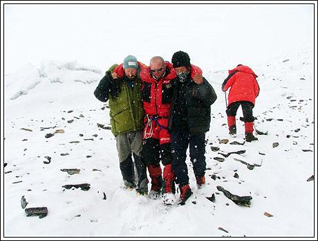 Her blir Jarle Trå hjulpet ned fra Mount Everest da han ble funnet etter tre dager alene i fjellet. Foto: Foto: Stein Grønnerøe