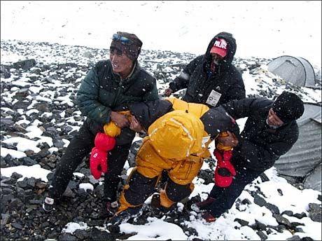 MÅTTE REDDES: To sherpaer fant fjellklatreren Jarle Trå på Mount Everest. Klatreekspert Jon Gangdal er kritisk til å gjennomføre ekspedisjoner på verdens høyeste fjell uten oksygentilførsel. Foto: Everest09.no Foto: