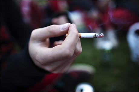 RØYKER: Mange norske ungdommer røyker, til tross for holdningskampanjer i mange år. Foto: SCANPIX