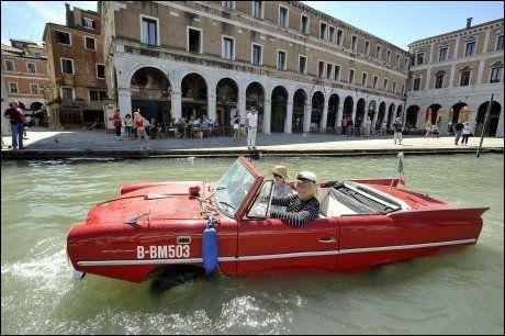 I FINT DRIV: Gondolkongen Bernd Weise vekker oppsikt i Venezia Foto: REUTERS