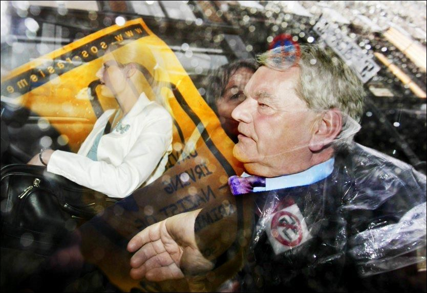 FOTFULGT I NORGE: David Irving ble fotfulgt av SOS Rasisme under reisen til og fra Norge og møtt av demonstrasjoner da han skulle delta på TV2-programmet Tabloid. Foto: Scanpix