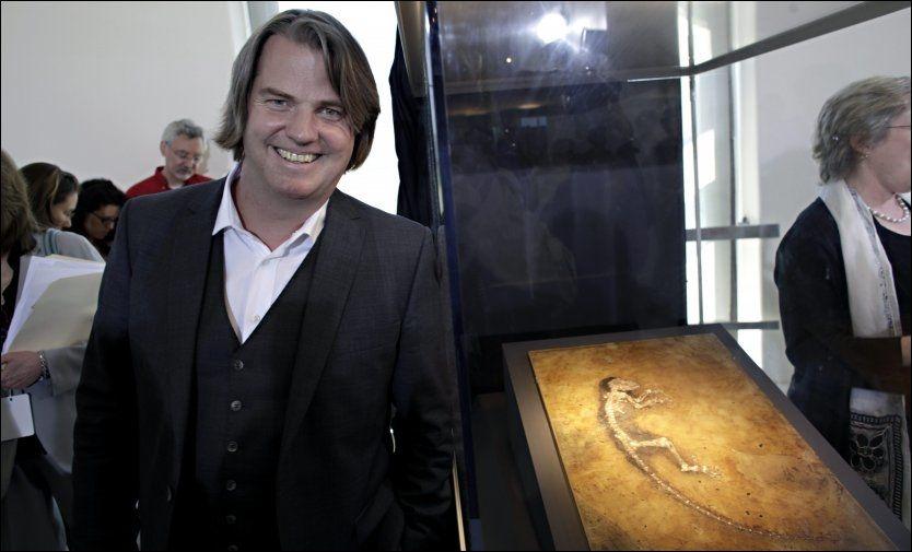 JØRN OG «IDA»: Forsker Jørn Hurum med primatfossilet «Ida», som er oppkalt etter forskerens datter. Foto: Thomas Nilsson
