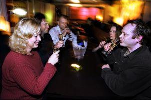 GODT HUMØR: Et lystig lag nyter noen glass øl.Foto: Hallgeir Vågenes.