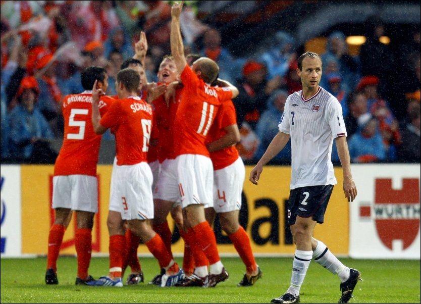 TØFF JOBB: Jon Inge Høiland fikk det tøft mot Arjen Robben og resten av det nederlandske laget. Foto: Erlend Aas, Scanpix