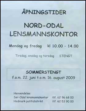 HIT, MEN IKKE LENGER: Denne lappen står teipet opp på innsiden av vinduet på Nord-Odal lensmannskontor. Foto: Privat