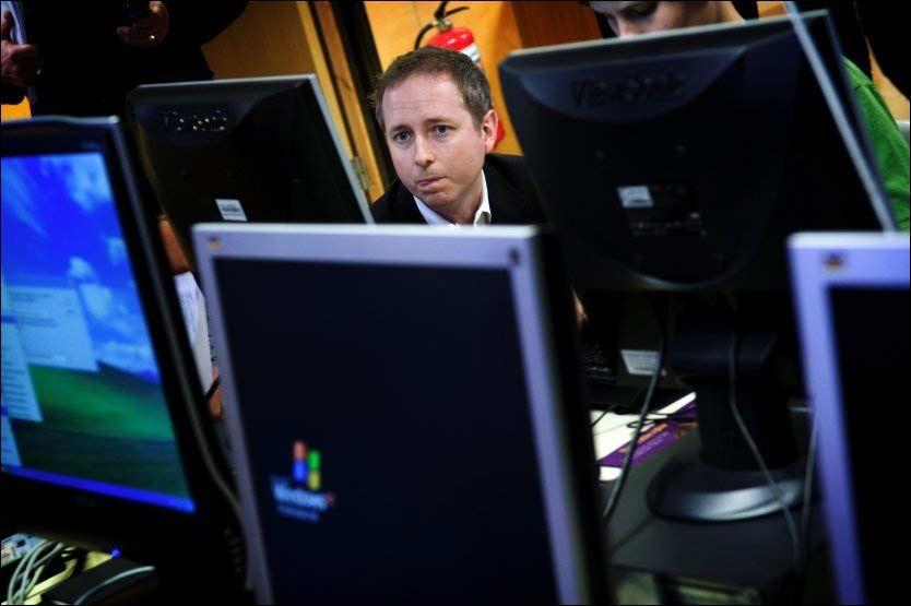 LITE Å SKJULE: Statsråd Bård Vegar Solhjell er trolig en av regjeringens ivrigste PC-brukere. Men han tror eventuelle utenforstående overvåkere har lite å hente fra hans egen nettbruk. Foto: Robert S. Eik