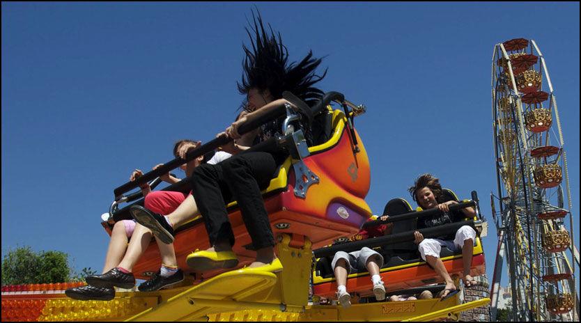 SVIMLENDE: Folk stråler om kapp, mens de blir kastet rundt i karusellen i fornøyelsesparken Tivoli World i Benalmadena på solkysten. Tusenvis av nordmenn finner også veien hit hver sommer. Foto: Geir Olsen