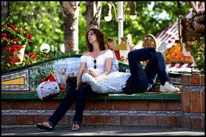 EN PUST I BAKKEN: Fornøyelsesparker koster krefter. Heldigvis finner du alltid en benk å hvile på i Tivoli World. Foto: Geir Olsen