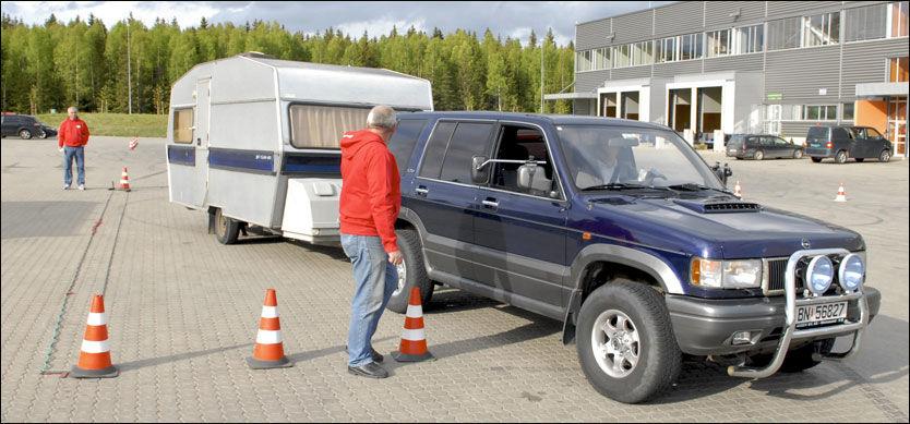PRØV IGJEN! VGs journalist forsøker lukeparkering med campingvogn - men her ble vinkelen for slapp, gitt. Foto: CHRISTIAN WANGBERG.