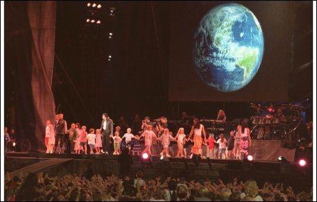 20 NORSKE BARN PÅ SCENEN: Norske barn fikk gleden av å fremføre «Heal the world» sammen med popkongen i Oslo i 1997 Foto: Scanpix