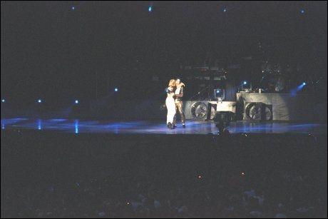 LAILA OG MICHAEL: Laila Enoksen sammen med Michael Jackson på scenen i Oslo i 1997. Foto: VG