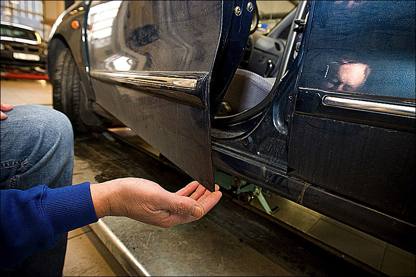 SLURV: Biler som ruster er slurvete bygget. Typiske steder der produsentene har beskyttet for dårlig mot rust er nedre kant av dørene og kanaler Biler som ruster har heller ikke påført rustbeskyttelse fra fabrikken. Andre dårlige produksjonsmetoder som blir avslørt er dårlig liming og dårlig forsegling, slik at fukt og skitt kan komme til, skriver danske Motor. I de bra bilene er alle slike operasjoner i konstruksjon og produksjon gjennomført etter boken, skriver bladet. Foto: Jan Petter Lynau