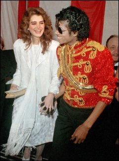 PÅ DATE: Brooke Shields og Michael Jackson på vei til en prisutdeling i Los Angeles i januar 1984. Foto: AP
