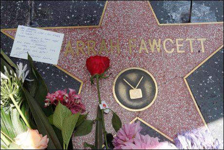 SORG: Blomster og kort på Farrah Fawcetts stjerne langs promenadegata Walk of Fame i Hollywood. Foto: AP