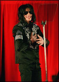 SISTE OPPTREDEN: Her er Michael Jackson på sin siste pressekonferanse. Han avsluttet med å henvende seg til den oppmøtte fansen og si: - Jeg elsker dere av hele mitt hjerte. Vi ses i juli. Foto: AFP