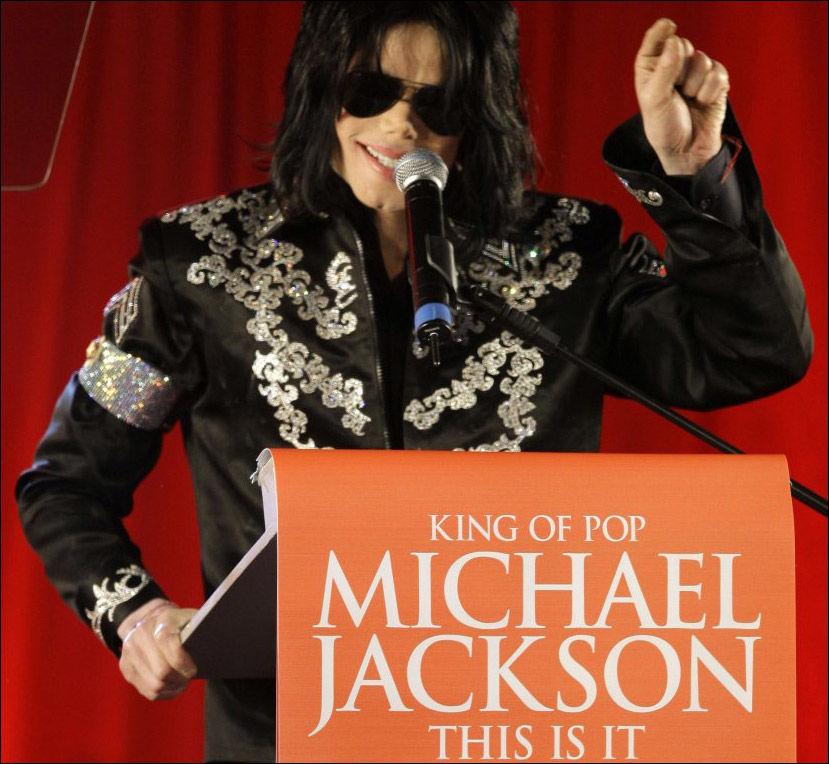 SKULLE GJØRE COMEBACK: Her lanserer Michael Jackson at han igjen skulle på scenen i London fra juli. Det ble aldri noe av. Pop-legenden gikk bort torsdag 25. juni. Foto: AP