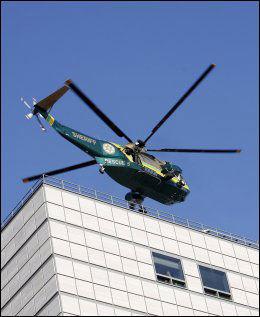 FRAKTES TIL OBDUKSJON: Helikopteret fører kropepn til Michael Jackson bort. Foto: Reuters