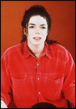 SLO TILBAKE: Michael Jackson slår tilbake mot anklagene om at han forgrepet seg på en ung gutt. Dette bildet er fra en tale som gikk live fra Neverland-ranchen i California. Foto: AP