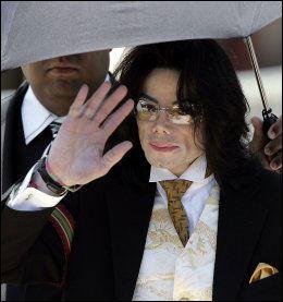 I RETTEN: Michael Jackson ble frikjent for anklagene om overgrep. Foto: AFP
