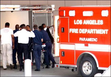 INN PÅ AKUTTMOTTAKET: Dette dramatiske bildet viser ambulansepersonalet som haster inn på akkuttmottaket med Jackson. Foto: X17online.com