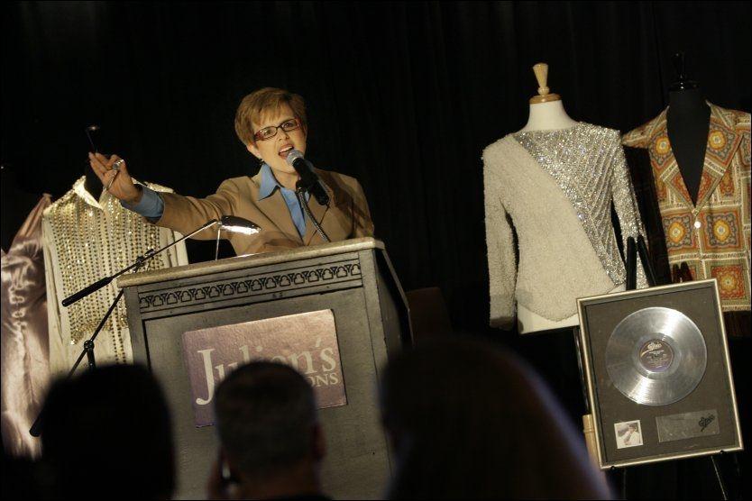AUKSJON: Auksjonarius Kathleen Guzman hos auksjonshuset Julian´s fikk en enkel jobb med å selge Michael Jackson-effekter. Foto: AP