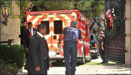 TILKALTE AMBULANSE: Ambulansepersonellet prøvde å gjenopplive Jackson i 40 minutter i hans hjem i Holmsby Hills før de brakte han til sykehus. Foto: National Photo Group/ All Over Press