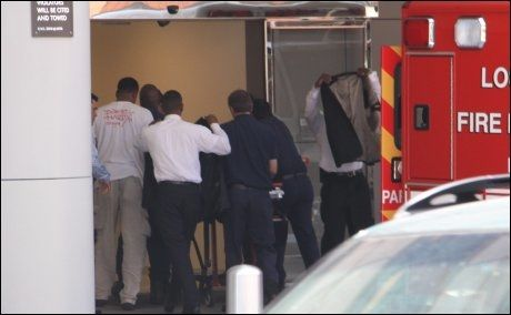 INN PÅ AKUTTMOTTAKET: Dette dramatiske bildet viser ambulansepersonalet som haster inn på akkuttmottaket med Michael Jackson. Foto: X17online.com