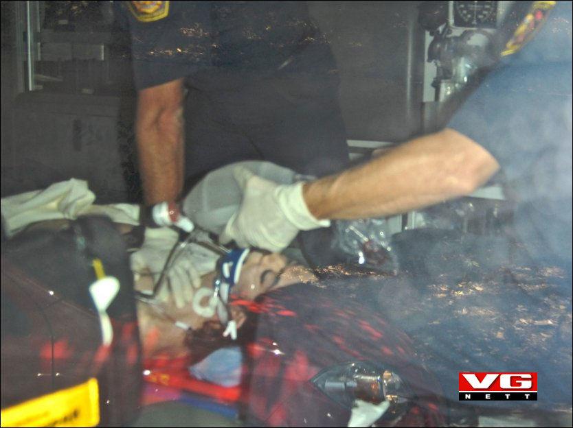 DET SISTE BILDET: Dette bildet av popstjernen Michael Jackson liggende på en båre på vei inn til sykehuset, er det siste som ble tatt av ham før han ble erklært død. Foto: National Photo Group/ All over press