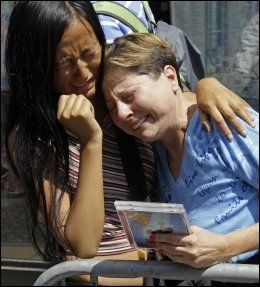 SØRGER: Mennesker over hele sørger etter Michael Jacksons bortgang. Her gråter to kvinner ved popkongens stjerne på Hollywood Walk of Fame. Foto: AP