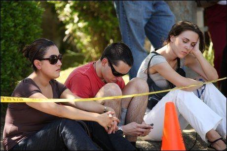 SAMLET I SORG: Fans er samlet utenfor Jackson-familiens hjem i Encino i Los Angeles.