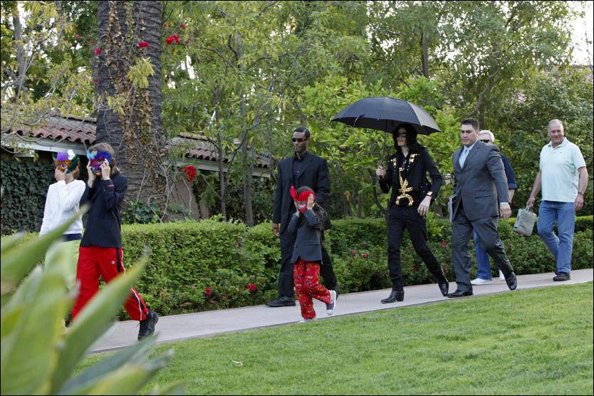 MED BARNA: Her er Michael Jackson med sine tre barn på vei ut av et hotell i Beverly Hills. Bildet er tatt i mai i år. Foto: EPA