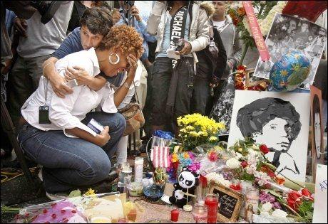 SØRGENDE FANS: Michael Jackson-fans over hele verden er i sorg. Suzette Jones bryter sammen i gråt ved popkongens stjerne på Hollywood walk of fame. Foto: Reuters