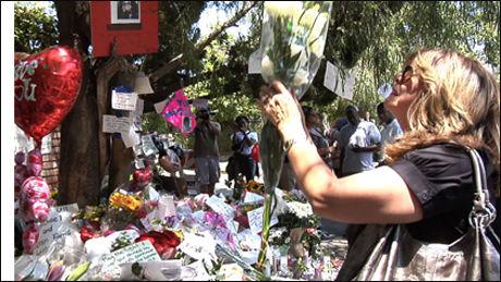 LEGGER NED BLOMSTER: Hundrevis av fans legger ned blomster og hilsninger utenfor huset til foreldrene til Michael Jackson. Foto: Merete Gamst