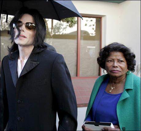 MOR OG SØNN: Michael Jacksons mor, Katherine Jackson (79), skal straks ha tatt vare på sine tre barnebarn etter sønnens bortgang. Foto: EPA