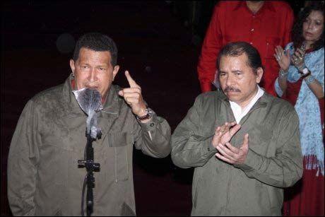 GUTTA I NICARAGUA: Hugo Chavez (t.v.) og Daniel Ortega (t.h.) er klare til kamp for deres venstrepopulistiske venstre-kollega i Nicaragua. Foto: AP