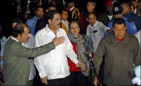 PRESIDENT-VENNER: Den styrtede presidenten Manuel Zelaya (i.m.) sammen med nicaraguas president Daniel Ortega (t.v.) og og Venezuelas president (t.h.). Statslederne vil nå samles til et ekstraordinært møte.. Foto: EPA
