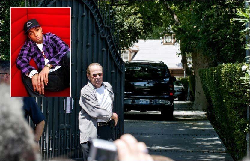 SØRGENDE SAMLES: Hit til Jackson-foreldrenes hus i Encino reiste trolig norske Omer Bhatti (25) da han fikk budskapet om popkongens død. Foto: Espen Braata/Trond Solberg