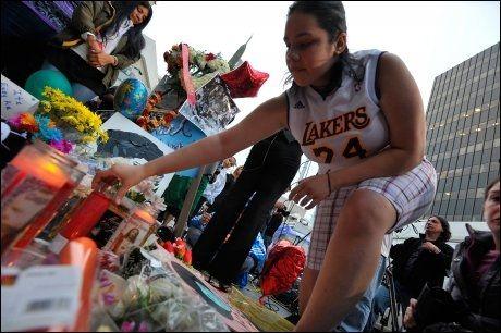 SØRGER: Sørgende fans samler seg utenfor Jackson-familiens hjem i Encino i Los Angeles. Foto: AFP