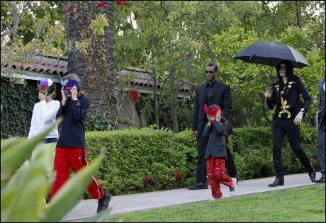 ET SJELDENT BILDE: Her er Michael Jackson med sine tre barn på vei ut av et hotell i Beverly Hills. Bildet er tatt i mai i år. Barna har levd et svært skjermet liv, og det er sjeldent det har blitt tatt bilde av dem. Ifølge legens advokat skal barna sett sin far etter hans død. Foto: EPA