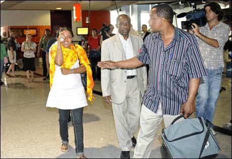 ANKOM KRISESENTERET: Slekt og venner av passasjerer som var med flyet som styrtet utenfor Komorene, ankom krisesenteret på flyplassen Charles de Gaulle nær Paris. Foto: REUTERS
